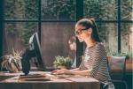 Organizacja domowego biura, czyli jak zwiększyć wydajność pracy zdalnej z laptopem i monitorem